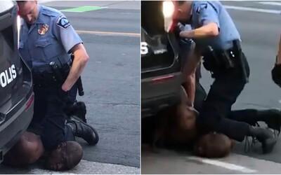 Policista v USA klečel Afroameričanovi 7 minut na krku. Ten plakal, říkal, že nemůže dýchat, a následně zemřel.