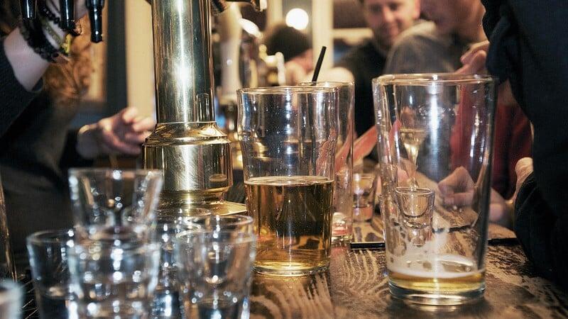 Pití piva je zdravější možností, než si dát sklenku vína nebo míchaný drink jako například koktejl.