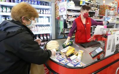V pondelok sa budú pred obchodmi pravdepodobne vytvárať rady, reťazce varujú, že bez pomoci polície situáciu možno nezvládnu.