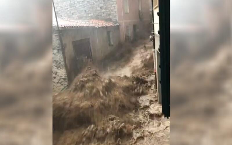 VIDEO: Sardíniu postihli ničivé záplavy, zomreli traja ľudia, jeden z nich sa utopil vo vlastnom dome.