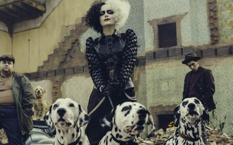Emma Stone je nebezpečná Cruella zo 101 dalmatíncov. Štýlový krimifilm s úžasnými herečkami má premiéru už o niekoľko dní.