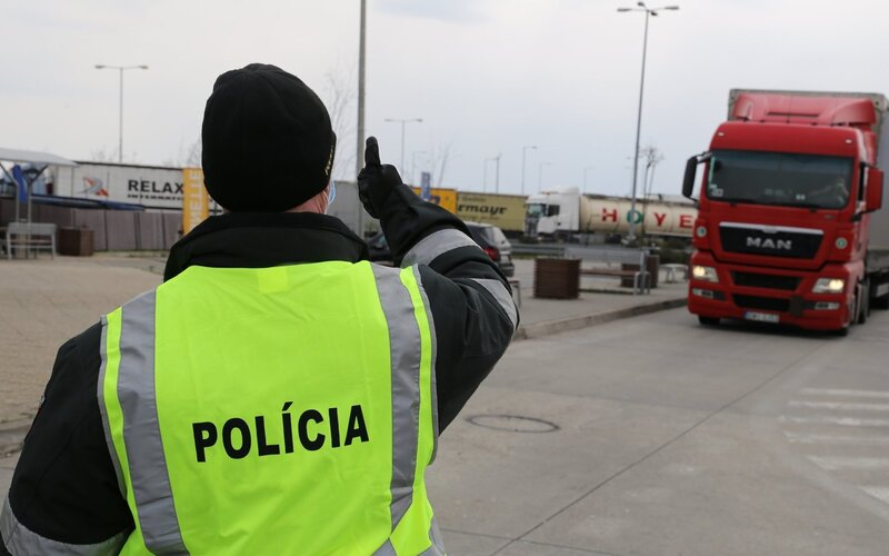 Polícia bude náhodne zastavovať Slovákov na všetkých hraniciach, cieľom je kontrola dodržiavania opatrení