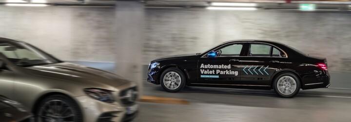 Parkování jako v bondovce? Díky první úředně povolené plně automatizované funkci je to realita