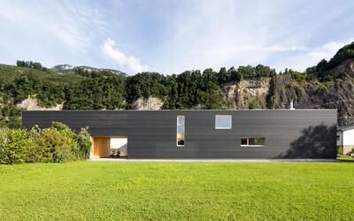 37 metrů dlouhý dům na úpatí Alp, který skloubil rodinný život s ateliérem grafického designéra