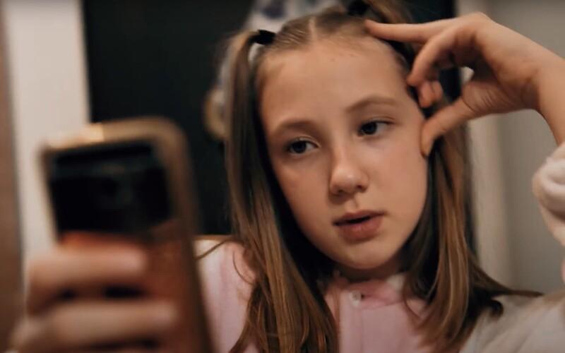 Celý deň čumím na telefón, prosím, pustite nás von, odkazuje 10-ročná slovenská raperka.