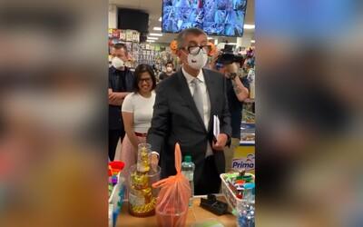 """VIDEO: Babiš navštívil olomoucký minimarket. """"Musíte poslouchat, já to tu šéfuju,"""" řekl majitelce a koupil si tři kočky pro štěstí."""
