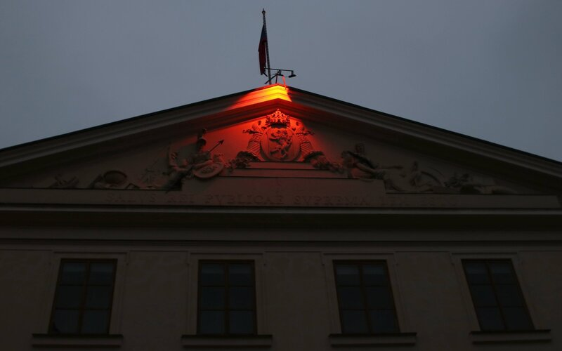 Na sídle Sněmovny se rozsvítilo červené světlo. Připomíná osoby pronásledované kvůli víře.
