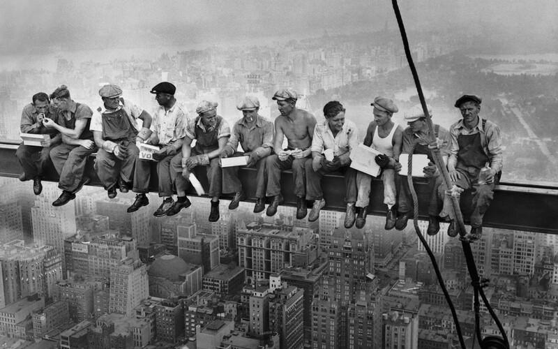 11 mužov obeduje na mrakodrape, zakrvavené dieťa plače na stanici po leteckom nálete a vojak Sovietskeho zväzu dvíhavlajku na budove Ríšskeho snemuv Berlíne. Ide o zábery, ktoré si užtakmer určitevidel, ale možno si nepočul o tom, s akými príbehmi sa spájajú.Niektoré z historicky najznámejších fotografií sú vytvorené pomocouoptického klamu, ďalšie dokonca prešli výraznými úpravami, abyzakryli pravdu, no iné ukazujú realitu bez akýchkoľvek príkras.