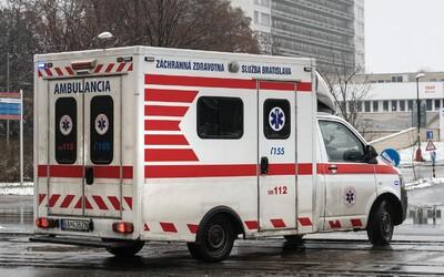 Psychiatrický pacient v Levoči ukradol sanitku. Naháňačka s policajtami skončila až v lese.