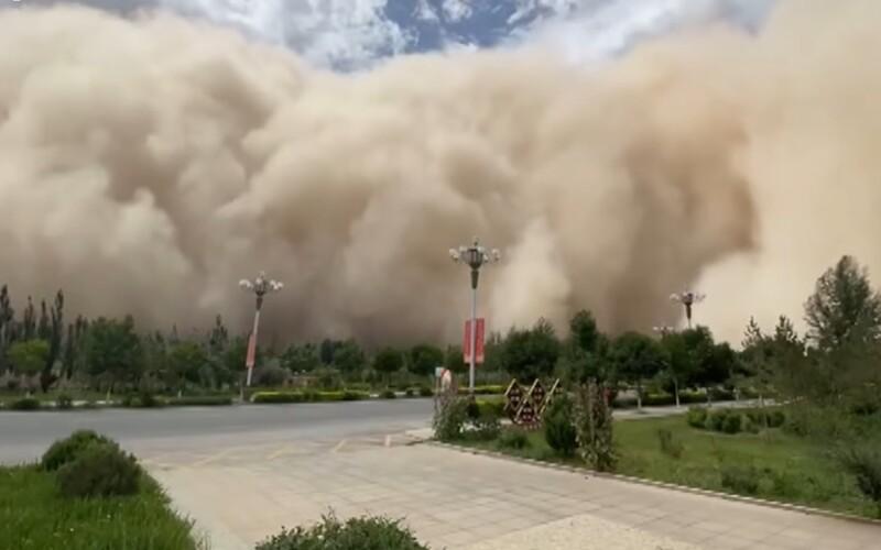 VIDEO: Čínske mesto pohltila masívna piesková búrka. Mrak mal výšku vyše 100 metrov a všetko sfarbil dožlta.