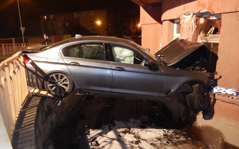 Opilý muž narazil autem čelně do domu, nadýchal 2,1 promile. Spolujezdec havárii nepřežil.