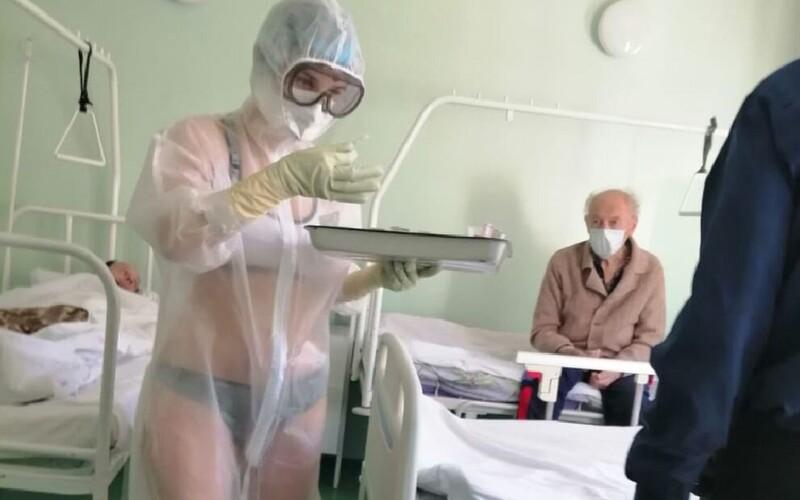Ruská zdravotní sestra ve spodním prádle ošetřovala pacienty s koronavirem. Prý jí bylo příliš horko.