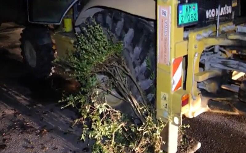 VIDEO: Opilý Slovák jezdil v noci v bagru s 2,21 promile. Rozmačkal auta, keře i obrubníky.