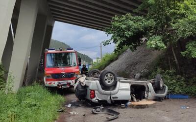 Pri Ružomberku spadlo z mosta auto, jeden z dvoch pasažierov zomrel