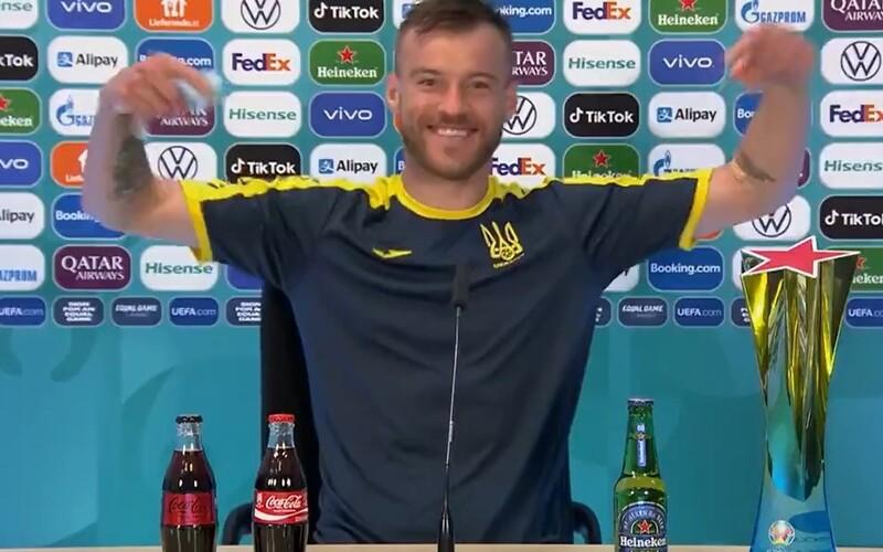 VIDEO: Jarmolenko se vysmál Ronaldovi. Dal před sebe Coca-Colu i Heineken a firmám vzkázal, ať se mu ozvou.