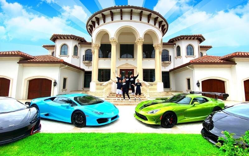 Partia Fortnite youtuberov si kúpila vilu za milióny. Spravili z nej groteskné sídlo doplnené luxusnými autami.