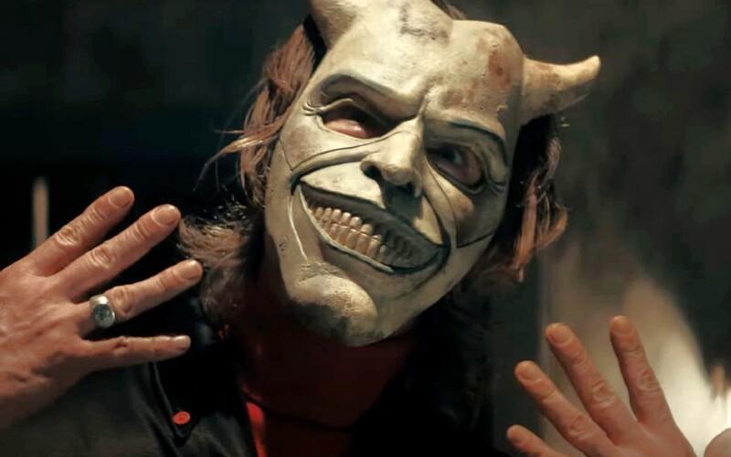 Sériový vrah v horore od tvorcu Sinister väzní v pivnici malé deti. Debutový trailer predstavuje zabijaka s maskou.