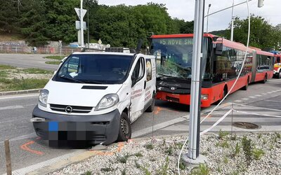 V Bratislave havaroval autobus MHD, zranilo sa 6 ľudí.