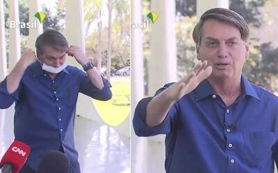 Video: Brazilský prezident nakažený koronavirem si sundal před novináři roušku.