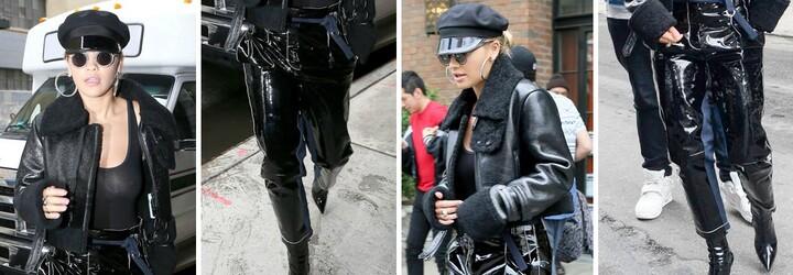 Odhalené prsia a plastové džínsy sa opäť pripomínajú. Rita Ora v extravagantnom outfite v uliciach New Yorku