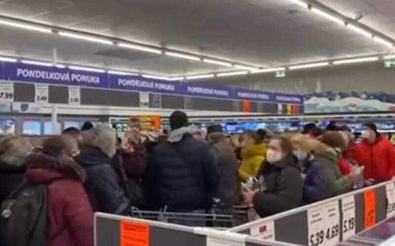 V Lidli zlacnili respirátory o jedno euro, ľudia sa nahrnuli do potravín a vykúpili ich v priebehu niekoľkých hodín (Video).