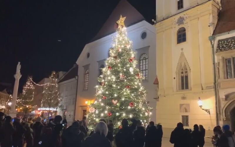 V Bratislave rozsvietili vianočný stromček, ale tradičné trhy tento rok nebudú. Punč a lokšu si môžeš vychutnať pri Dunaji.