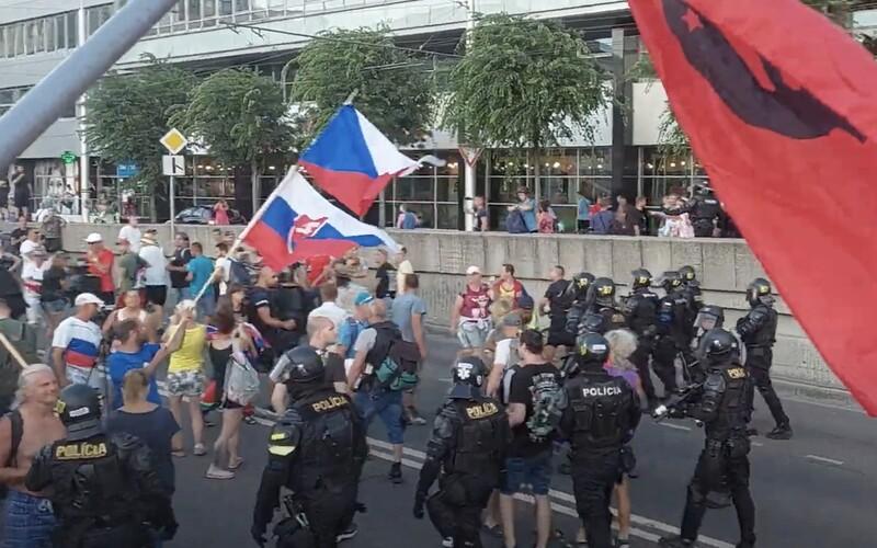 VIDEO: Ťažkoodenci zakročili po deviatich hodinách demonštrácií a blokácie hlavných ťahov Bratislavy.