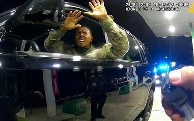 VIDEO: Vojákovi ve Virginii nastříkal policista slzný sprej přímo do obličeje. Se zbraní na něj vřískal, ať vystoupí.