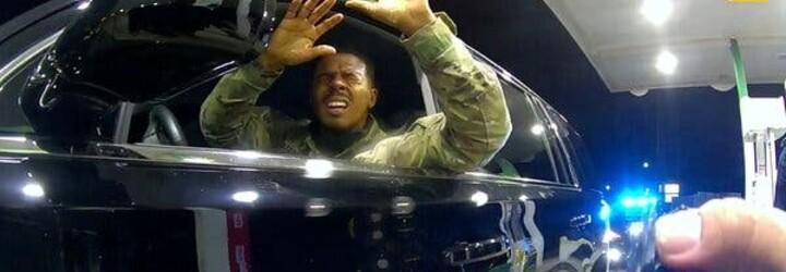 VIDEO: Vojákovi ve Virginii nastříkal policista slzný sprej přímo do obličeje. Se zbraní na něj vřískal, ať vystoupí