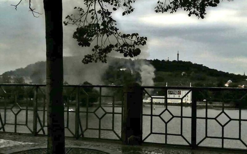 Pražští hasiči zasahují u požáru budovy v ulici U Sovových mlýnů. V budově by se měly nacházet tlakové lahve. Na místě zasahují tři jednotky.