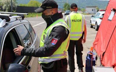 Slovenskí policajti opäť zastavujú na hraniciach: Overujú, či ľudia dodržiavajú opatrenia.