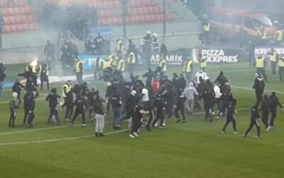 Tímy futbalových výtržníkov majú exemplárne potrestať, tvrdí SaS. Slovan viní fanúšikov Spartaka a usporiadateľa.