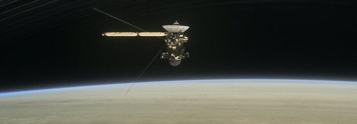 Měsíc Saturnu asi hostí mimozemský život, tvrdí NASA. Vhodné podmínky jsou prý na dně ledového oceánu