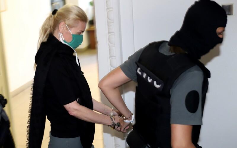 Jankovská si slobodu dlho neužila, kukláči ju opäť zadržali kvôli inej kauze.