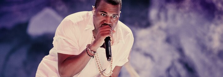 Kanye West prý platí milion dolarů za noc v podzemí fotbalového stadionu. V pokoji má jen postel a skříň