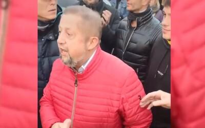 Štefan Harabin nepustil políciu cez vchodové dvere, chceli mu doručiť obvinenie za protesty.