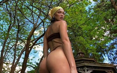 Bella Hadid pózuje v plavkách v nové Versace kampani. Sekunduje jí Hailey Bieber.