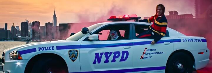 Dúhový Tekashi sa vozí na policajnom aute. Tentokrát nejde do väzenia