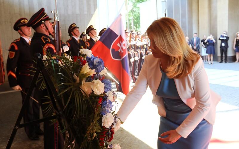 Zuzana Čaputová si uctila pamiatku obetí rómskeho holokaustu, ocenil ju aj Rytmus.
