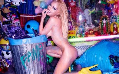 48letá Pamela Anderson se svlékla do naha, aby odhalila své přednosti v bláznivém photoshootu