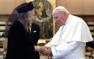 Jána Pavla II. vyhlásili za svätého, prežil dva atentáty a bojoval proti manželstvám homosexuálov či antikoncepcii