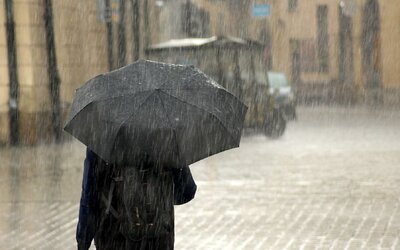 ČHMÚ: Východní Moravě hrozí vydatný déšť. Nevyhne se ani obcím zasaženým tornádem.