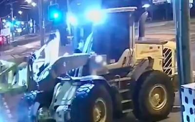VIDEO: Australan vykradl obchod pomocí traktoru. Policii pak pomalu ujížděl.