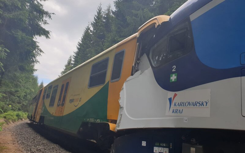 V Česku sa zrazili dva vlaky. Na mieste sú minimálne 2 mŕtvi a desiatky zranených