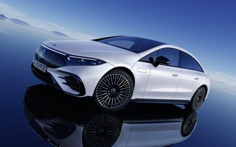 Nové EQS je první elektrickou limuzínou na světě. Mercedes-Benz uvádí dojezd až 770 km.