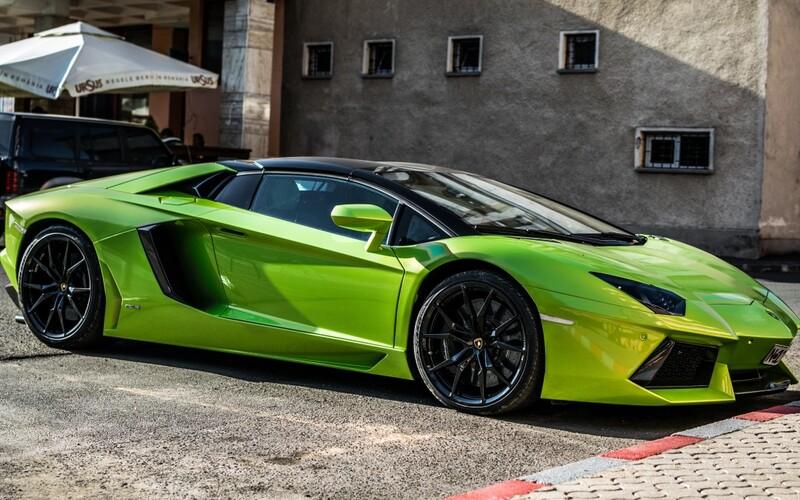 Za vládní finanční podporu v čase koronaviru si koupil Lamborghini.