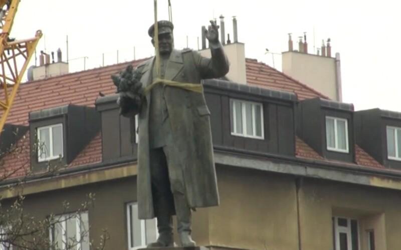 """Rusko hrozí odvetou za stržení sochy maršála Koněva. """"Tento skutek způsobuje hluboké rozhořčení,"""" vzkazuje."""