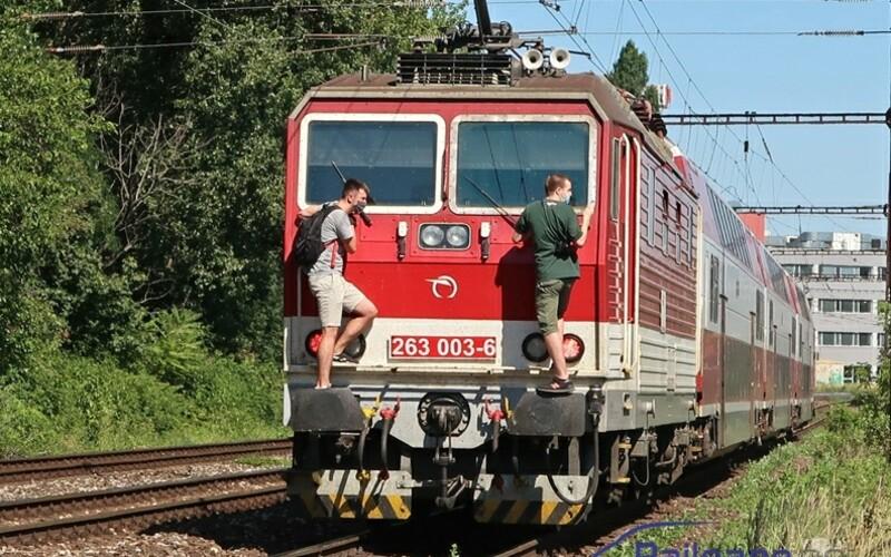 Dvaja mladíci sa v Bratislave viezli na lokomotíve. Čiernymi pasažiermi sa už zaoberá aj polícia.