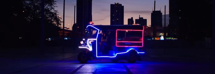 Major Lazer a Travis Scott sa vybrali na cestu nocou plnú striptérok vo videoklipe Night Riders