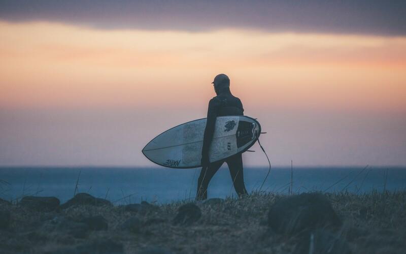 Bratři z Beskyd ti ukáží, že jde lyžovat a surfovat na jednom místě. Nenech si ujít unikátní dokument Between Fjords.